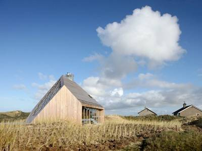 Faceted Dune House is a gem for eco-friendly loft living among the sands (Video) 1